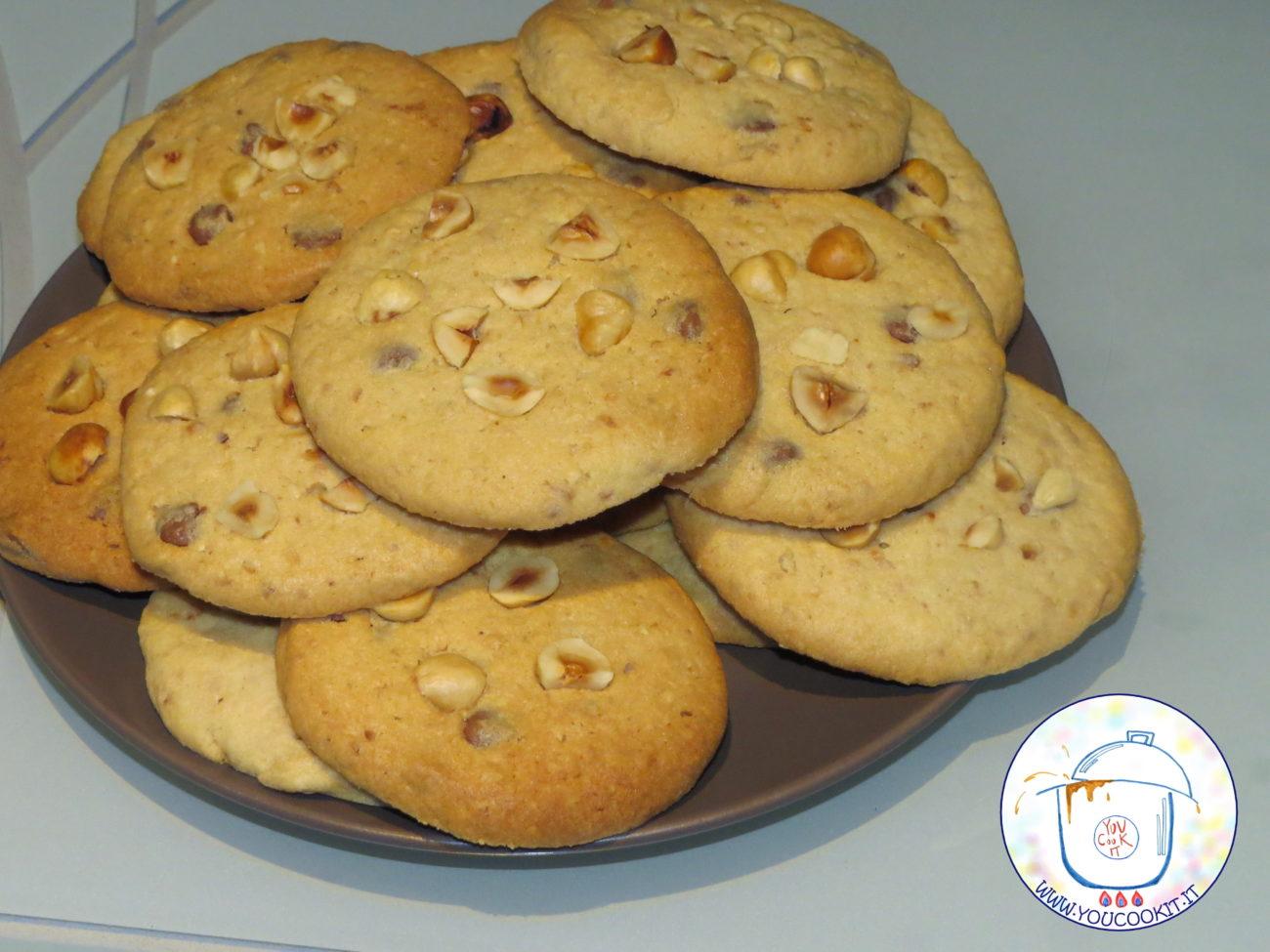 Cookies alla nocciola e gocce di cioccolato