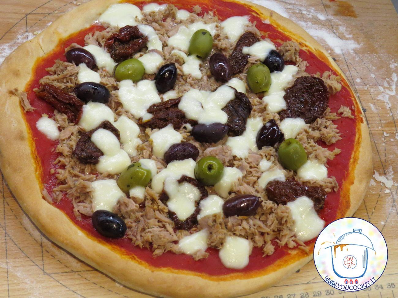 Pizza con tonno olive e pomodori secchi