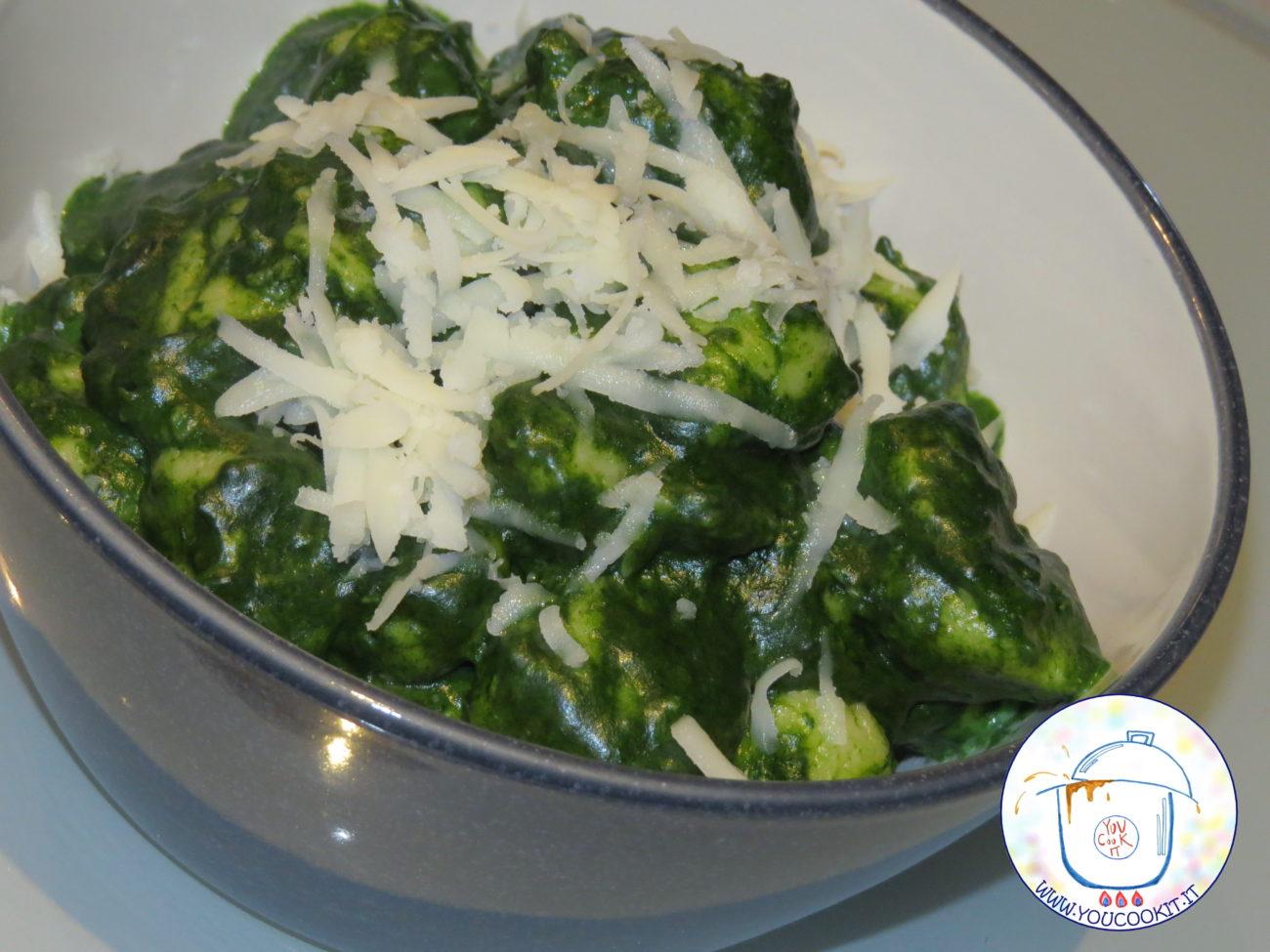Gnocchi con pesto di spinaci e crema di provolone