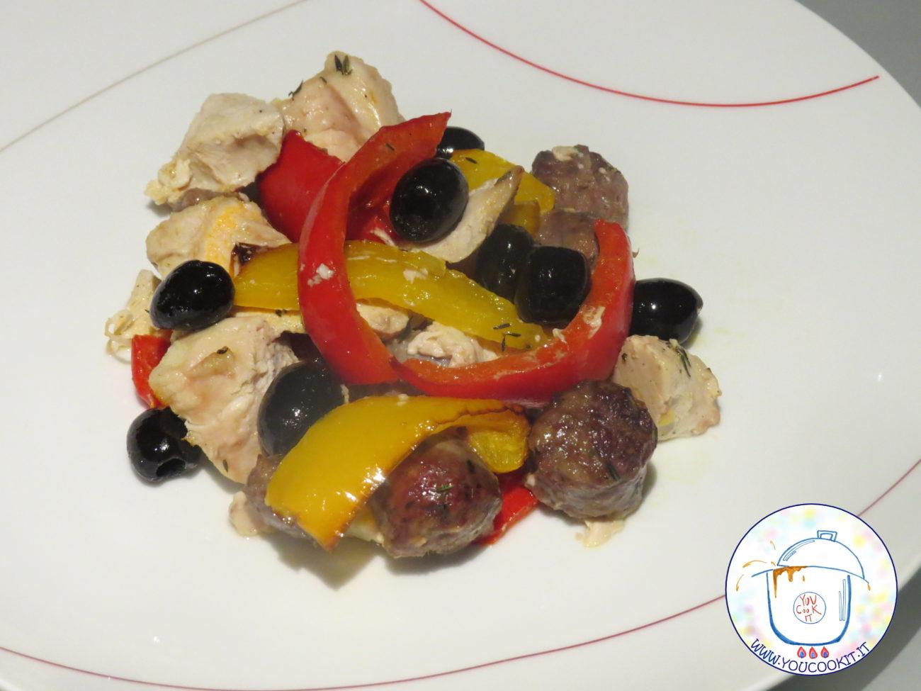 Pollo e salsicce al forno con peperoni