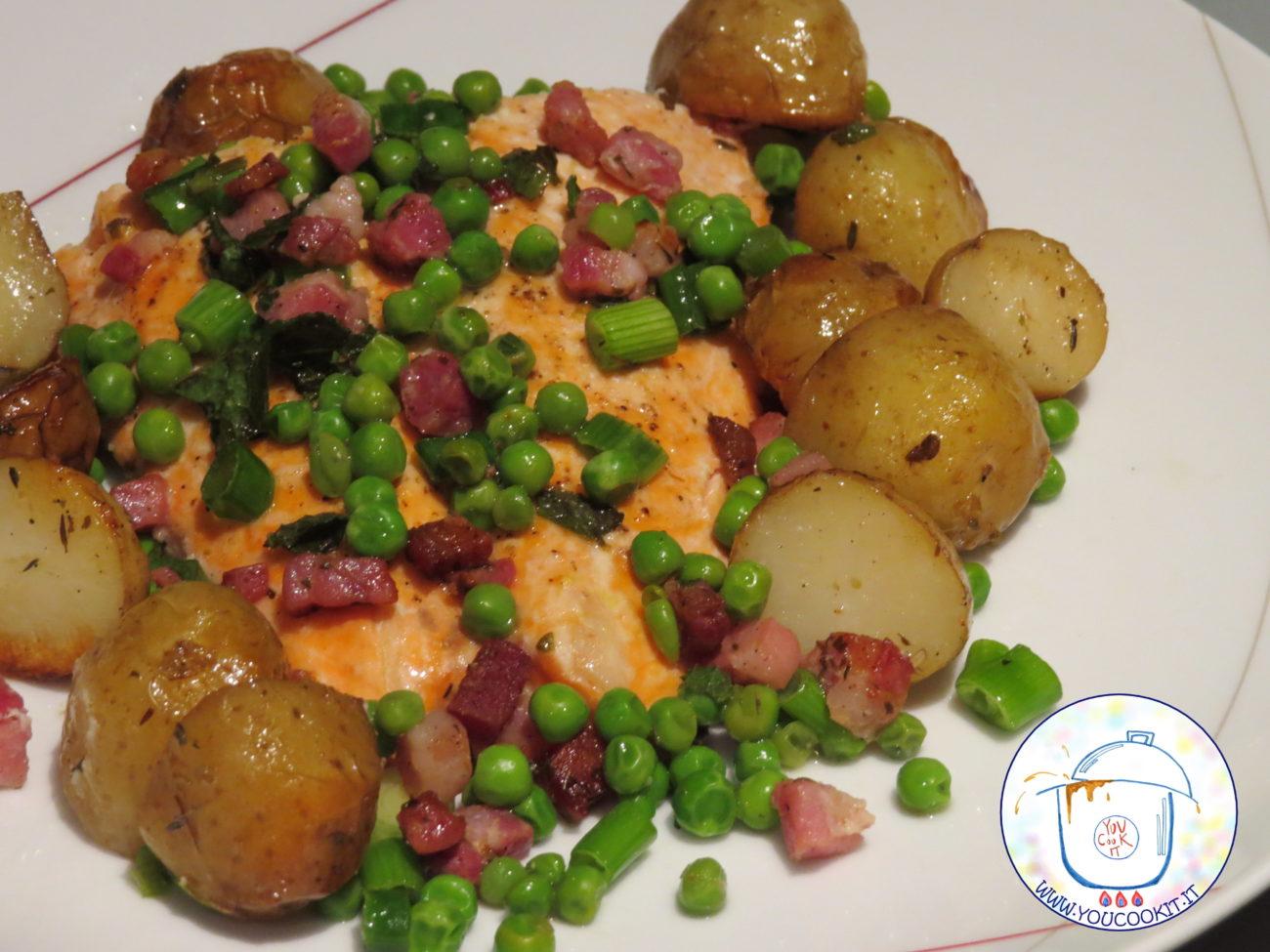 Salmone al forno con patate piselli e pancetta